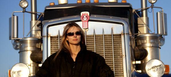Lisa Kelly junto a su camión IRT-S3 - Camioneros del Hielo
